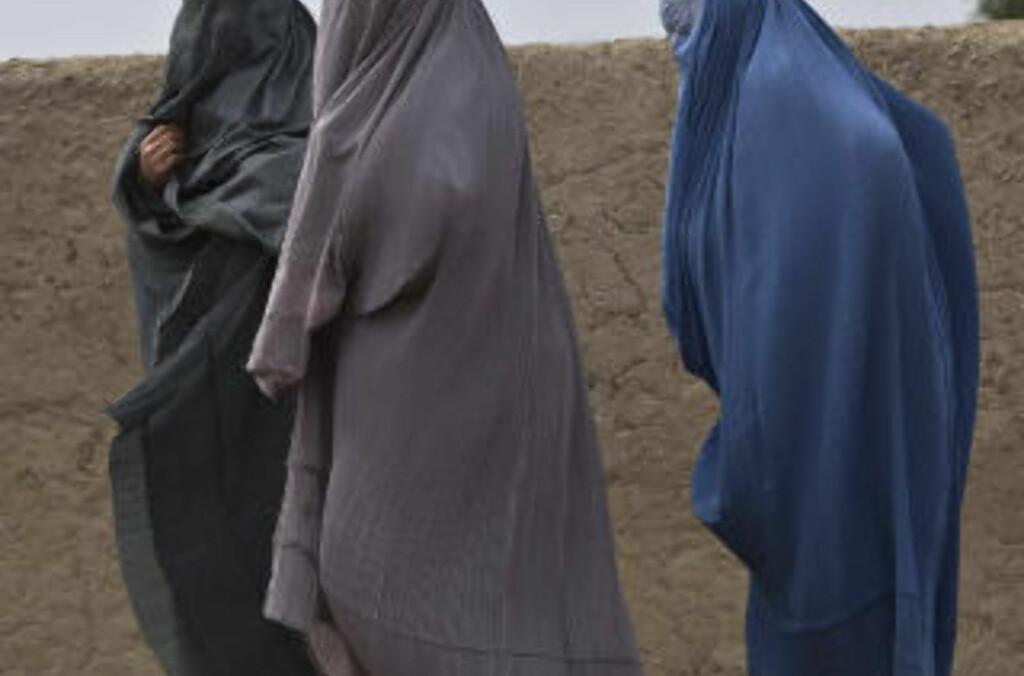 AFGHANISTAN VERST: Burkakledde kvinner går langs en vei i Arghandabdalen i provisen Kandahar i det sørlige Afghanistan. Afghanistan er verdens verste land å leve i for kvinner, fulgt av Somalia og Kongo, viser en liste som hjelpeorganisasjonen CARE la fram på den internasjonale kvinnedagen i dag. De tre landene herjes alle av krig, og kvinnene rammes hardt av voldshandlinger. Foto: REUTERS / Baz Ratner / SCANPIX