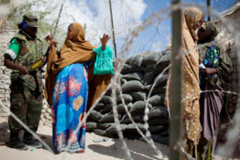 NUMMER TO: Somalia er nummer to på lista over de verste landene for kvinner. Det finnes ikke noe nasjonalt juridisk system i landet, og lovene som de ulike regionene bruker, er sterkt diskriminerende mot kvinner, skriver CARE som begrunnelse. Her blir somaliske kvinner sjekket ut mens de venter i i kø for medisinsk hjelp. Foto:  AFP PHOTO/Yasuyoshi Chiba/SCANPIX