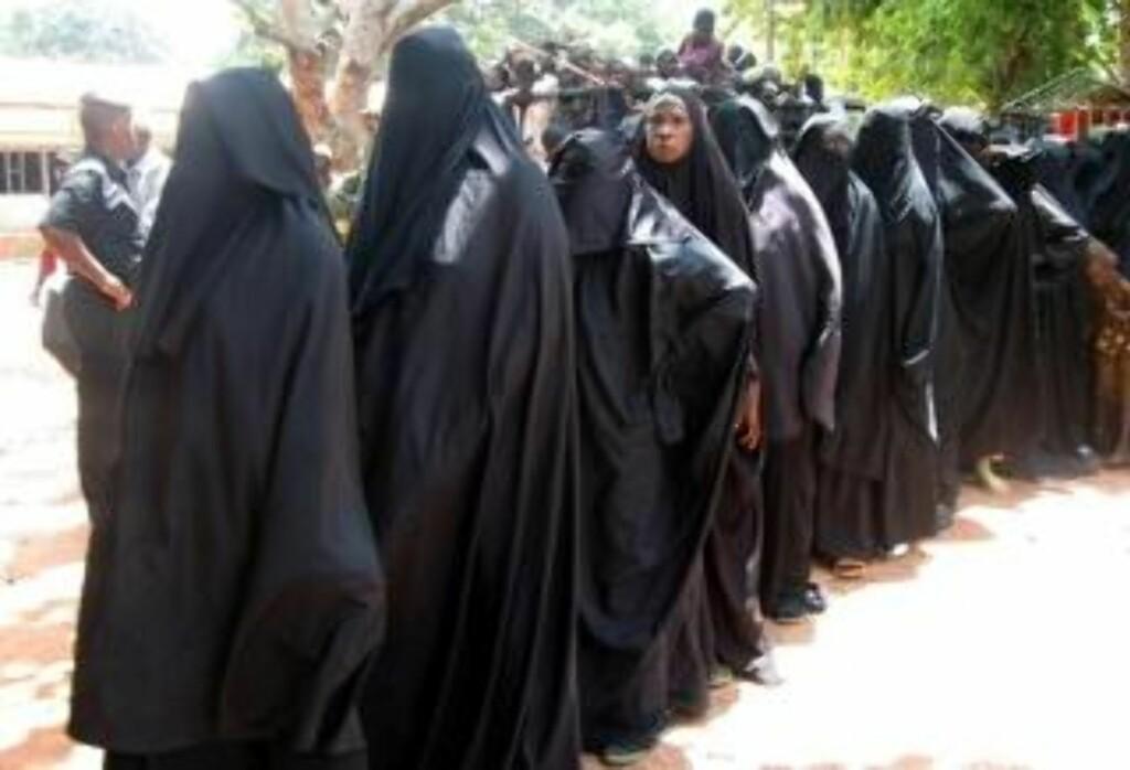 NIGER: Kvinner blir evakuert fra en islamistleir i Niger-staten Moka. Mange jenter i landet blir tvunget til å gifte seg og få barn i veldig ung alder. Tre av fire jenter i Niger giftes bort før de fyller 18 år. En av sju kvinner dør i forbindelse med graviditet, fødsel eller illegal og utrygg abort. Niger regnes som verdens femte verste land av CARE. Foto: REUTERS/Joy Simon/SCANPIX