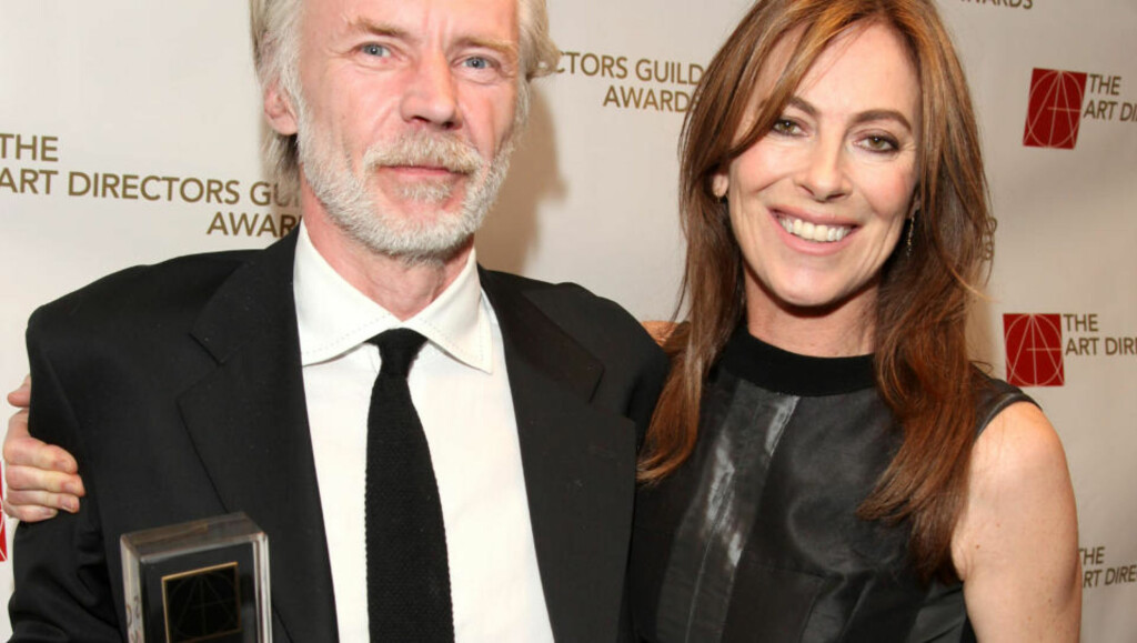OSCAR-VINNER: «Norske» Karl Júlíusson er produksjonsdesigner på Kathryn Bigelows «The Hurt Locker», og kan ta litt av æren for at den ble årets store Oscar-vinner. Her er de avbildet sammen i Los Angeles i februar, etter at Júlíusson mottok en pris for sitt arbeid med filmen.  Foto: AP/Scanpix