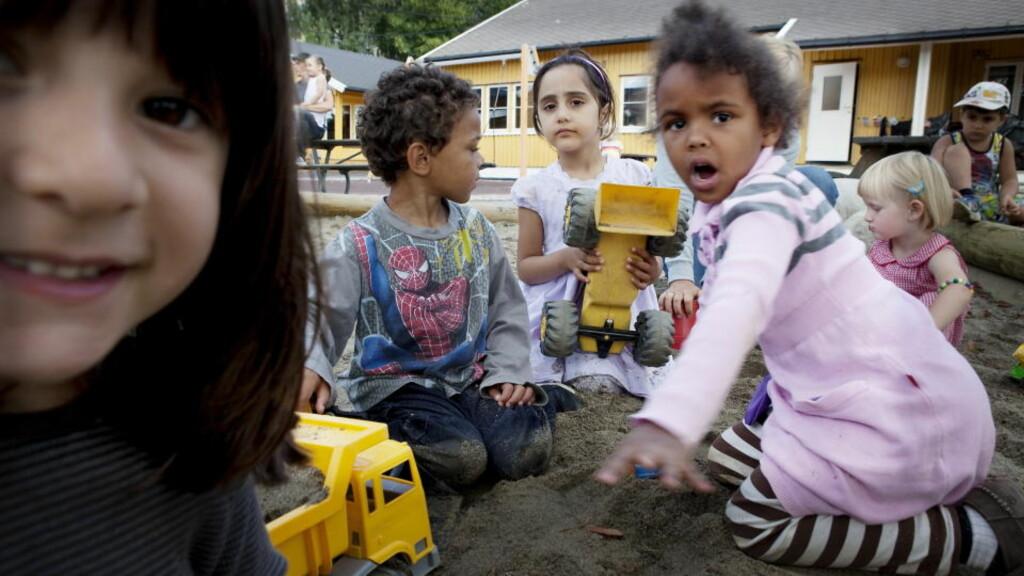 SKAL TESTES:  Regjeringen vil språkteste barn helt ned til tre år. I Sinsen barnehage bruker man allerede TRAS-testen. Alma (4,5), Mina (4,5), Chidi (5), Zohal (5) og Live (3) i sandkassa. Foto: Nina Hansen