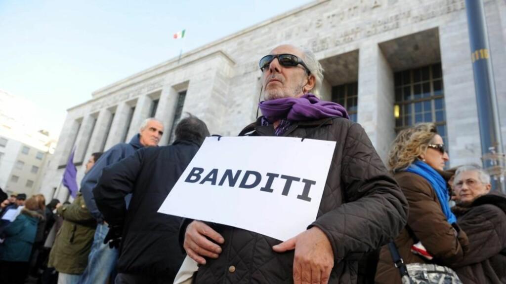 DEMONSTRERER MOT BERLUSCONIS PARTI: Venstreopposisjonen i Milano.   EPA/MILO SCIAKY