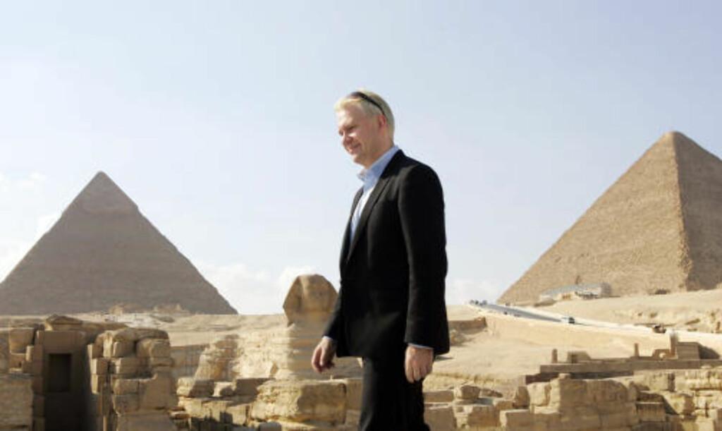 SKUESPILLEREN:  Teatersjef og skuespiller Bjarte Hjelmeland hadde hovedrollen som Peer Gynt i oppføringen ved pyramidene i Egypt i forbindelse med Henrik Ibsen-jubileet. FOTO: HEIKO JUNGE, SCANPIX.