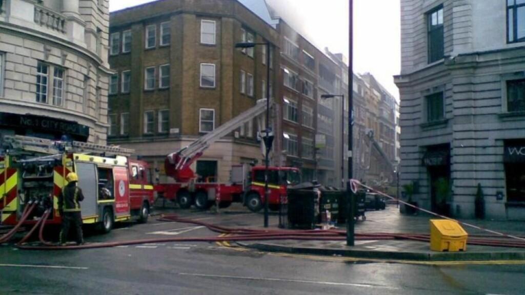 Over 100 brannfolk kjempet mot flammene i Øst-London. Student og øyenvitne Lisette Holm (27) sier det var en enorm røykutvikling. Foto: PRIVAT