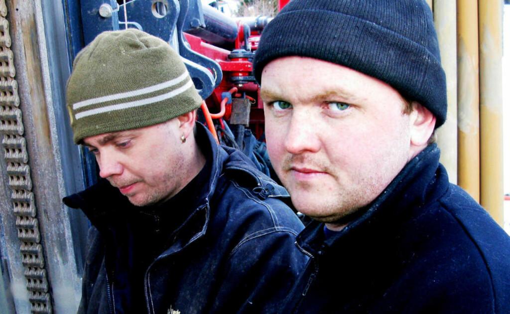 BLAKKE KARER: Brønnborerne Tobias Fredriksson (t.v.) og Johan Persson må ifølge NAV vente til etter sommeren før de før svar på søknaden om dagpenger.  Foto: Espen Sandli / Dagbladet