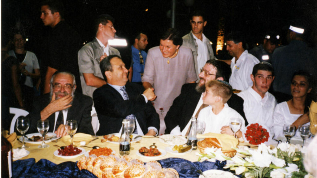 På hils: Anne Sender hilser på Israels tidligere statsminister, nå forsvarsminister, Ehud Barak. Til høyre Michael Melchior, tidligere rabbiner i Oslo
