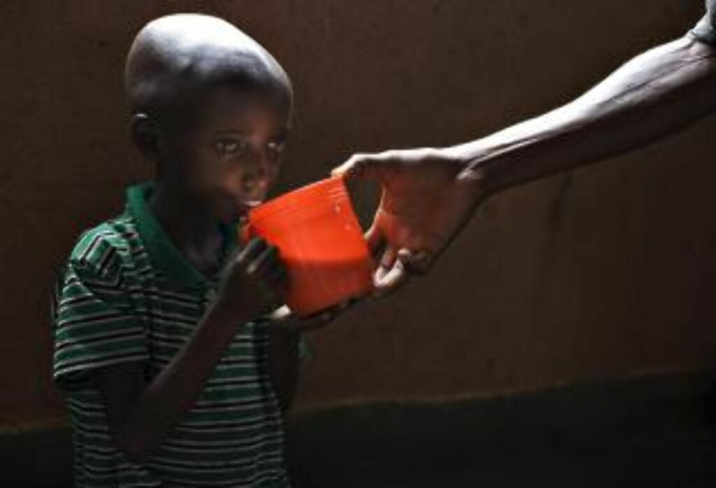 GÅR UT OVER DE SVAKESTE: Bildet av lille Sadiki Basilaki er blitt legendarisk. Han får kjærkommen næring på et katolsk hjelpesenter i Rutshuru. Foto: REUTERS/Finbarr O'Reilly