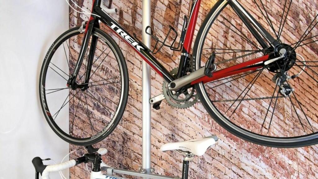 PLASS TIL TO: Med dette stativet er det plass til to sykler på veggen.  Foto: Espen Grønli