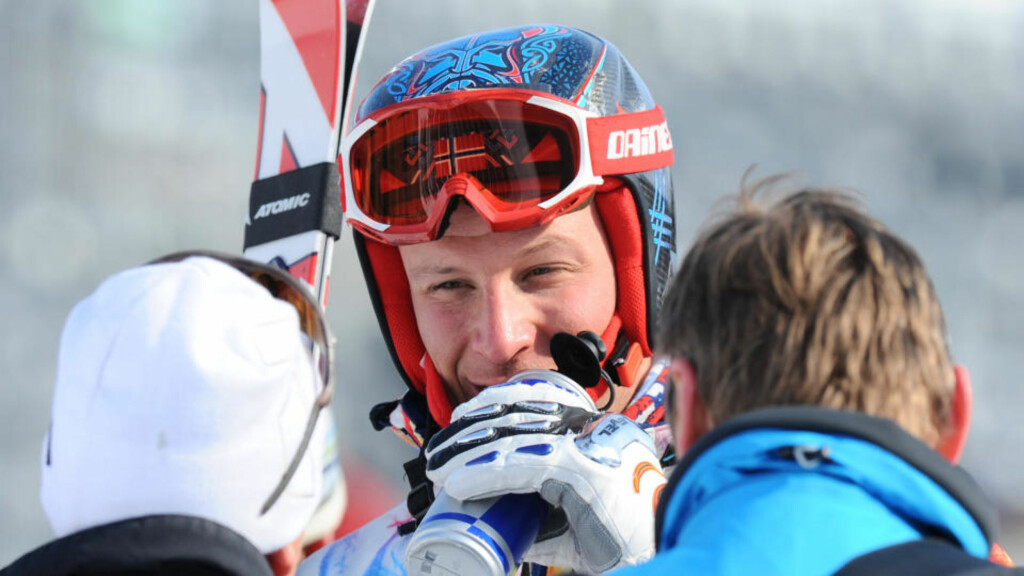 KJØRTE UT: Aksel Lund Svindal havnet på innerski og kjørte ut etter halvkjørt storslalåmrenn. Foto: AFP PHOTO / SAMUEL KUBANI