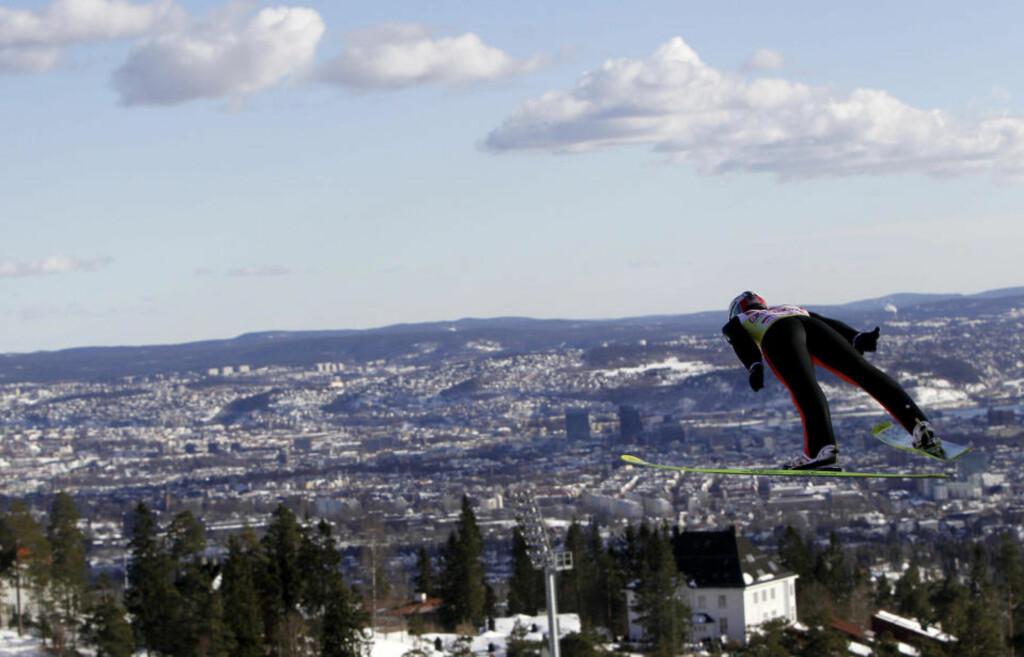 KOLLEN-KONGE: Simon Ammann tok sin tredje seier i Holmenkollen i karrieren.Foto: SCANPIX/AFP PHOTO/DANIEL SANNUM LAUTEN