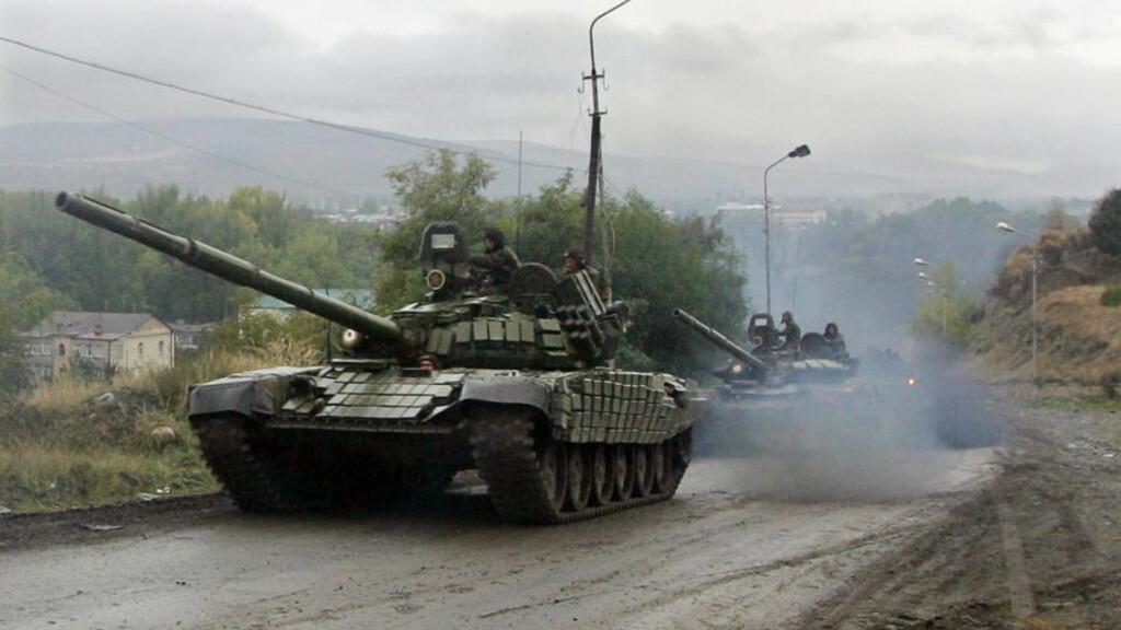 MELDTE OM RUSSISKE TANKS I HOVEDSTADEN: TV-nyhetene skapte panikk i Georgia. Her er en russisk tanks avbildet september 2008 nær landsbyen Karaleti, som ligger i den russisk-kontrollerte buffersonen bare fem kilometer fra Gori. Foto: AFP PHOTO / KAZBEK BASAYEV / SCANPIX