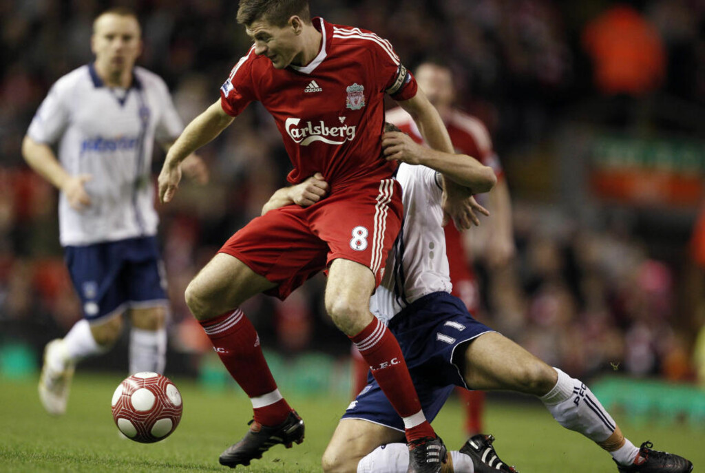 TØFF I DUELL: Steven Gerrard hadde flere tette dueller med Michael Brown. En av dem kan gi Liverpool-kapteinen karantene. Foto: REUTERS/Phil Noble