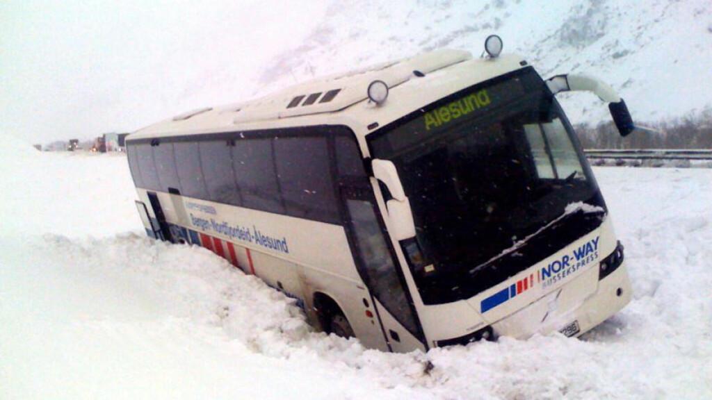 FEID AV VEIEN: 17 passasjerer og to sjåfører befant seg om bord ekspressbussen mellom Bergen og Ålesund, da den i dag ble tatt av trykkbølgen fra et snøskred. Ingen ble fysisk skadd. Foto: Olav Øygard/Dagbladet