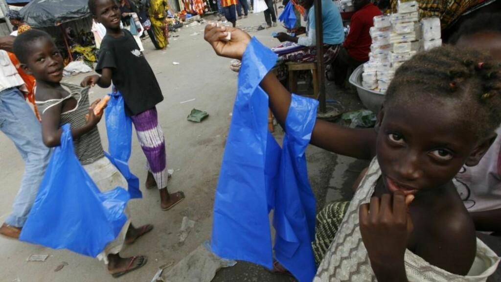 OMFATTENDE PROBLEM: Her selger barn plastposer på gata i Abidjan. Barnearbeid er et stort problem i Elfenbenskysten. Sjokoladeprodusenter tjener eksempelvis stort på billig arbeidskraft. Dette gjelder også sjokolade som nytes i Skandinavia. Foto: REUTERS/Luc Gnago