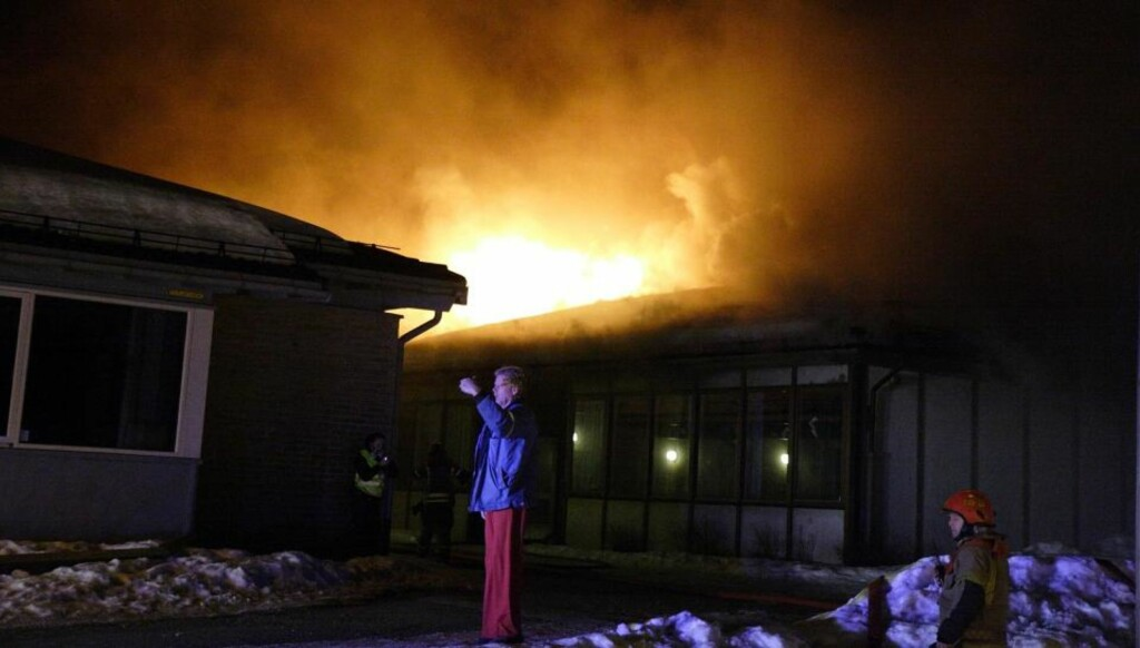 BRENNER KRAFTIG: Tårnåsen barneskole i Follo står i brann. FOTO: TRULS GRANDE/First Foto