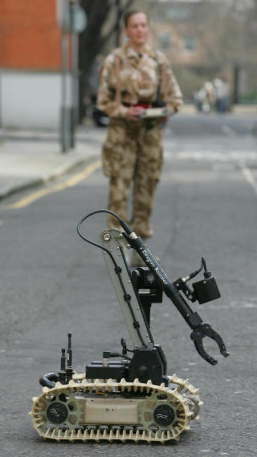 TRÅDLØS: Roboten har fire kameraer som sender levende bilder til håndkontrollen. Den lille armen kan utføre avanserte operasjoner, og løfte gjenstander på opptil fem kilo. Foto: AFP/GEOFF CADDICK/SCANPIX