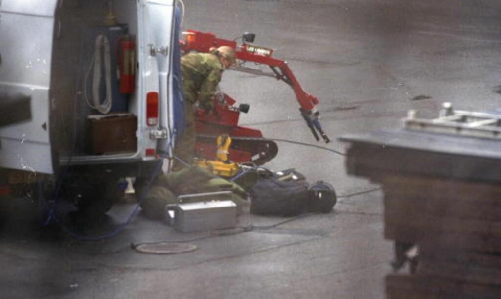 TEODOR: Dette er det norske forsvarets store bomberobot tEODor i aksjon etter at det i 2008 ble slått full bombealarm i Drammen da en 35 år gammel mann fortalte politiet at han hadde en koffert med en bombe i bagasjerommet på bilen som sto parkert utenfor Drammen tinghus. Men da Forsvarets bombeeksperter til slutt fikk åpnet kofferten, spratt det ut en halogenlampe, støpsel, papp og emballasje. Foto: Dagbladet