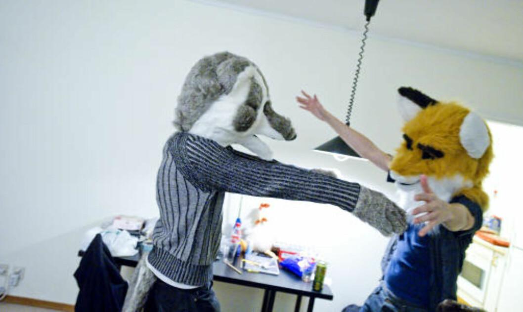 <strong>KOS:</strong> Kroppskontakt med med-furries er nærmest obligatorisk under festene. Foto: THOMAS RASMUS SKAUG/DAGBLADET