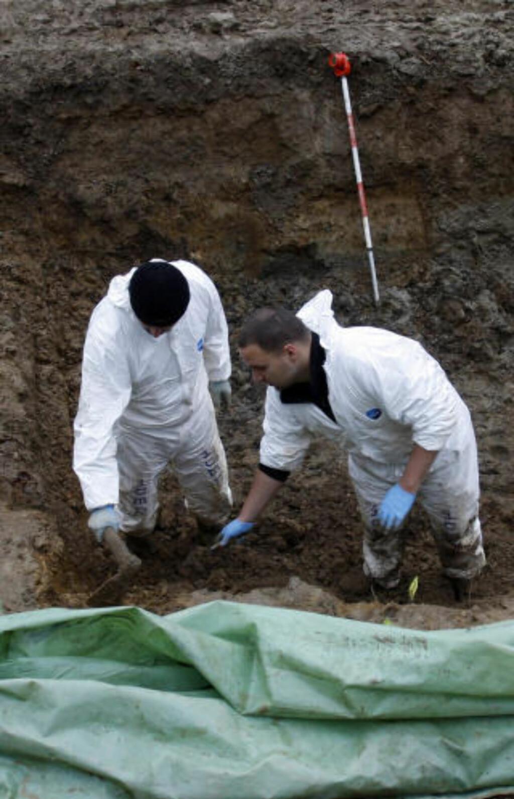 SREBRENICA: Her letes det etter beinrester i en av de mange massegravene i Srebrenica. Foto: AFP PHOTO / SCANPIX