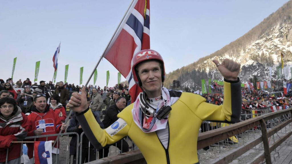 - ET FLOTT FARVEL: Roar Ljøkelsøy kvalifiserte seg ikke til VM i skiflyging, men fikk ta et avskjedshopp i pausen mellom dagens to omganger. Foto: Srdjan Zivulovic, Reuters/Scanpix
