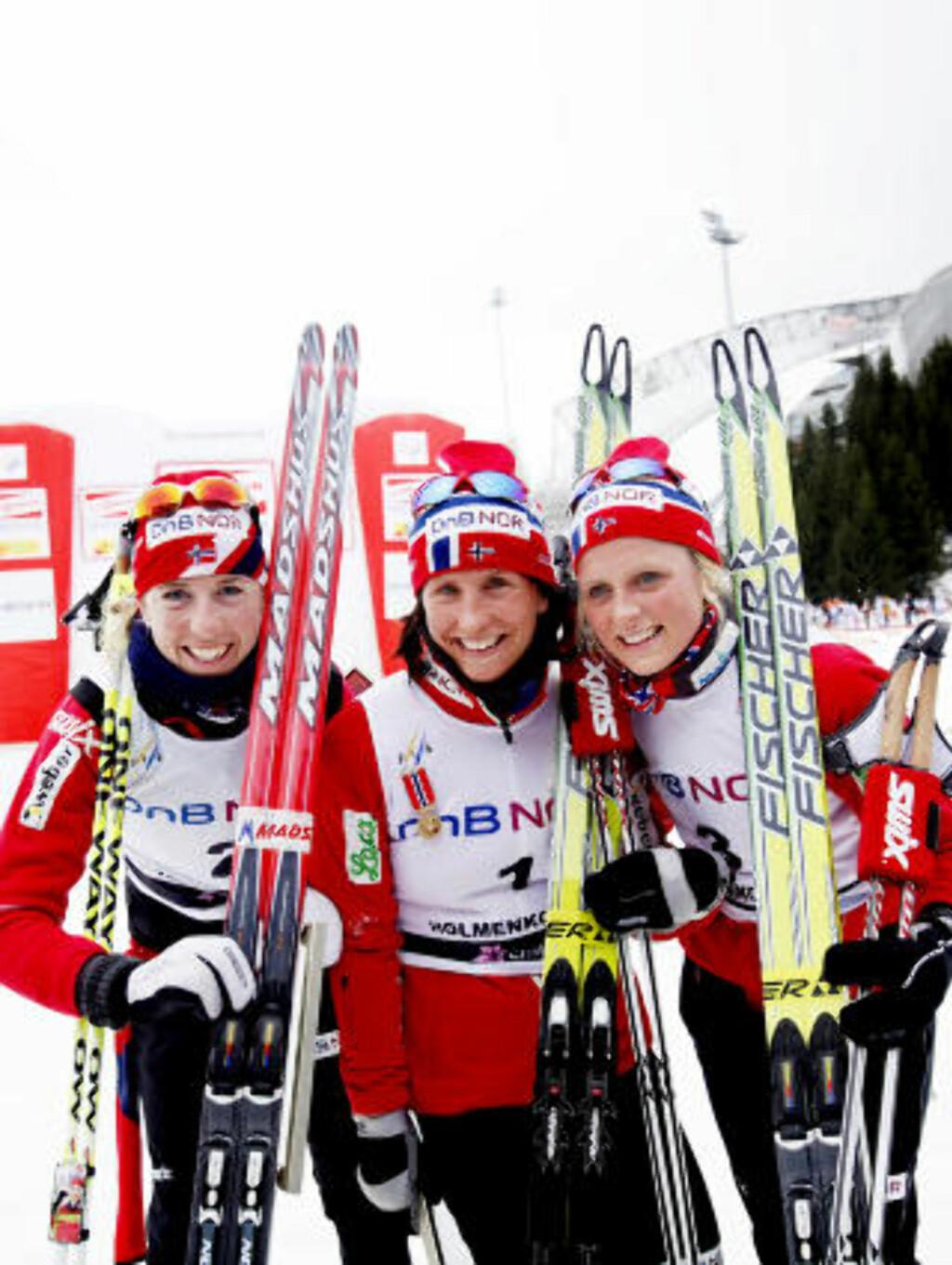 REPRISE: Her jubler Marit Bjørgen, Kristin Størmer Steira (t.v.) og Therese Johaug (t.h.) for trippelseier på tremila i Holmenkollen sist helg. I dag kom de samme tre først i mål på skiathlom i Falun. Foto: Stian Lysberg Solum, Scanpix