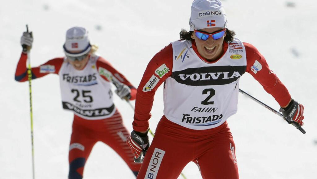 BEST IGJEN: Marit Bjørgen gikk inn til enda en seier på dagens 2 x 5 kilometer skiathlom i Falun. Her med Kristin Størmer Steira på slep. Therese Johaug sikret norsk trippelseier. Foto: AFP/Scanpix