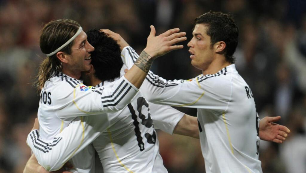 FEIRET LEDELSEN: Sergio Ramos, Garay og Ronaldo feirer Real Madrids andre mål på Bernabeu. Hovedstadslaget snudde kampen nådeløst mot Sporting Gijón. Foto: Dominique Faget / AFP.