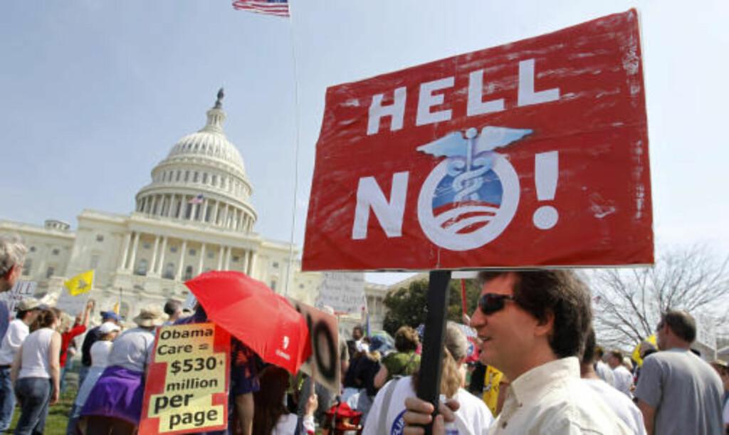 NEI FOR F..  Det var heftige demonstrasjoner i Washington D.C. mot helsereformen i hele helgen, også mens den avsluttende debatten pågikk i Representantenes hus. FOTO: REUTERS/SCANPIX.