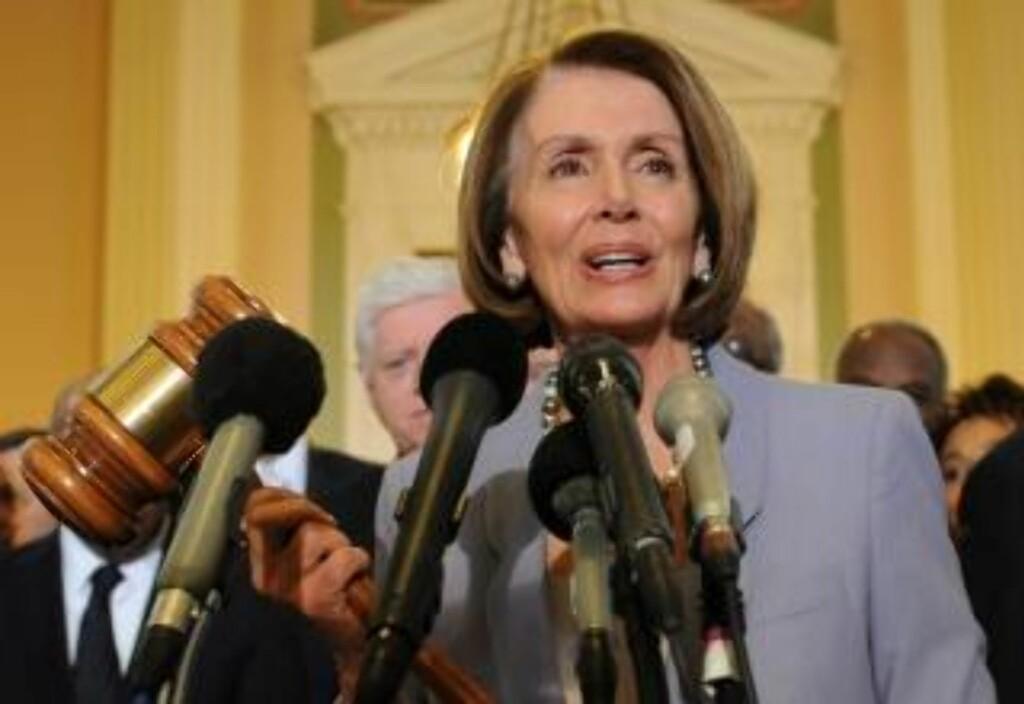 BLE HYLLET AV OBAMA:  Speaker Nancy Pelosi, demokrat fra California, ble hyllet av president Obama etter avstemmingen. Her viser hun klubba som ble brukt under behandlingen av den forrige store helsereformen i USA, i 1965. FOTO: EPA/
