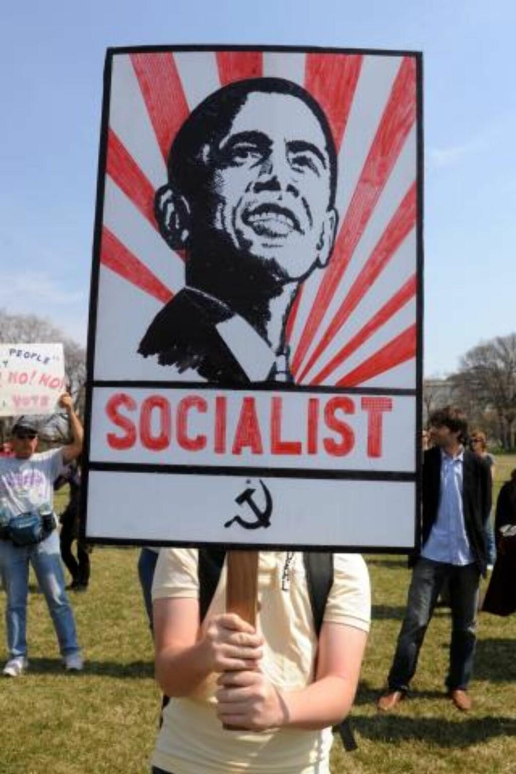 IKKE MENT SOM HEDER: : En demonstrant i Washington søndag med kommunistportrett av president Barack Obama.  FOTO: EPA/SCANPIX.