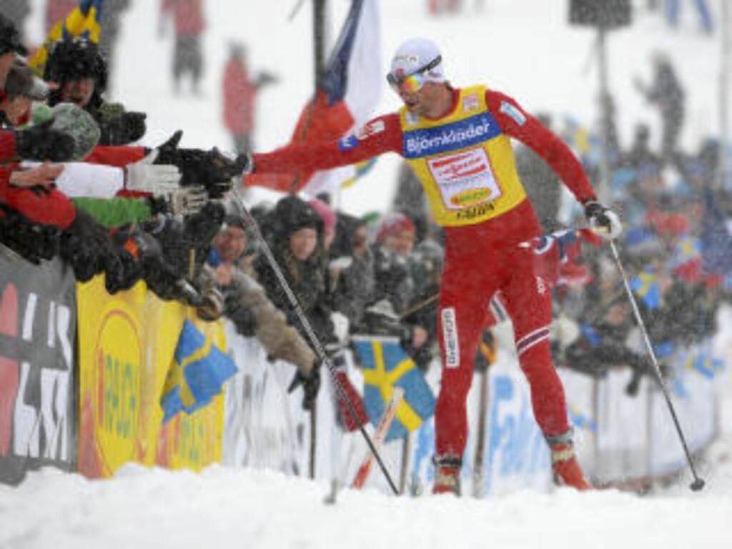 SHOWMAN: Northug tok nesten alle tilskuerne i handa, men noe svensk flagg fikk han ikke med seg.Foto: SCANPIX/REUTERS/Anders Wiklund