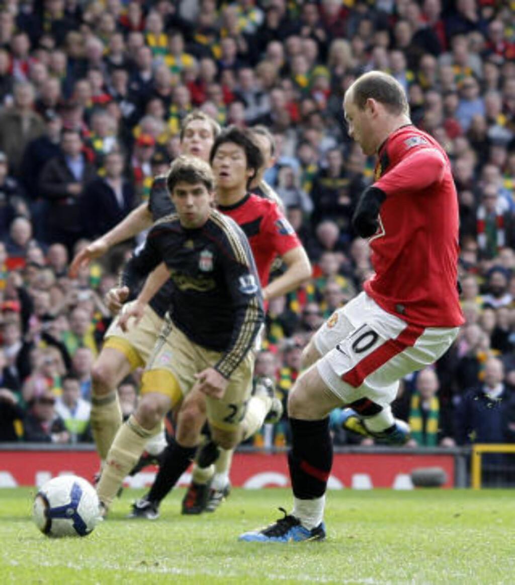 SCORET PÅ ANDRE FORSØK: Wayne Rooneys skudd, fra krittmerket Torres sparket i, ble reddet av Pepe Reina. United-spissen nettet enkelt på returen. Foto: AP/Jon Super