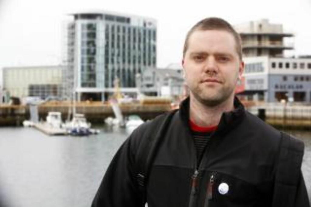 STAFETT:Gaute Wahl, leder i folkeaksjonen oljefritt Lofoten, Vesterålen og Senja, har satt i gang stafetten med å erklære private områder for oljefrie soner. Foto: Hans Arne Vedlog.