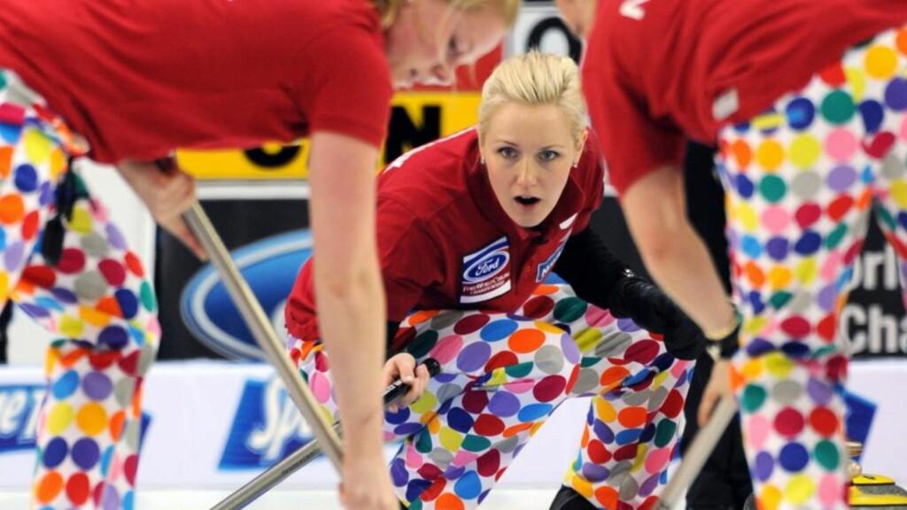 FEM TAP PÅ SEKS KAMPER: Skip Linn Githmark og de andre norske curlingsjentene er et stykke unna å kopiere klovneguttas suksess fra OL. Men buksene vekker i hvert fall oppsikt. Foto: AP Photo/The Canadian Press,Michael Burns