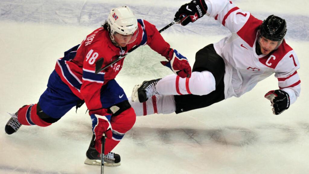 PÅ VEI TIL NHL? Mats Zuccarello Aasen (nummer 48) er tapt for svensk ishockey, mener Modos sportssjef. Her spiller nordmannen i OL. Foto: AFP/CRIS BOURONCLE