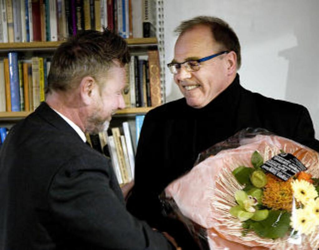 OVERSATT: Tomas Espedals er blitt oversatt til en rekke språk. Her ser vi forlegger Morten Moi (t.h.) i Gyldendal, som gratulerer Espedal med Kritikerprisen.