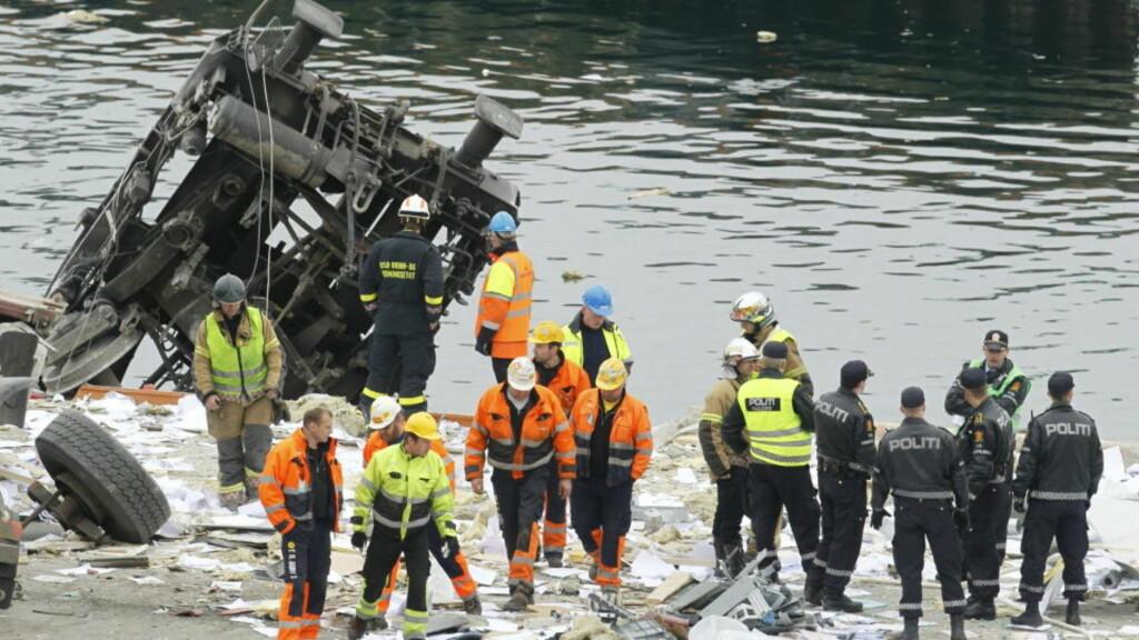 KRASJET: Godsvognene sporet av og havnet i sjøen ved ved Statoils anlegg på Sjursøya i Oslo. Foto: Heiko Junge / SCANPIX