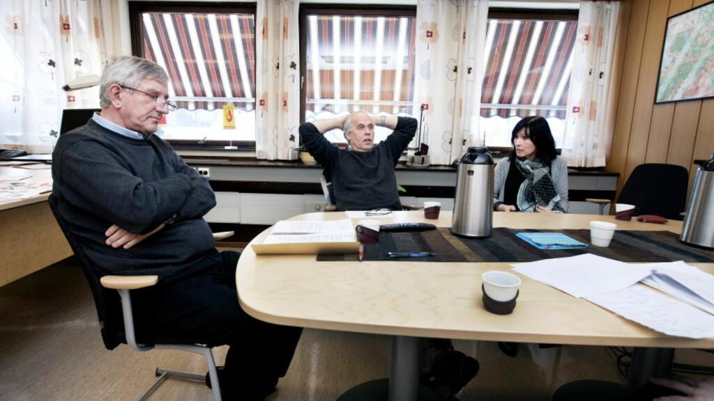 -TILLITEN SVEKKET: -Tilliten til kommuneledelsen er svekket, vedgår rådmann Rudolf Holmvik (t.v), som sammen med Verdal kommunes ordfører nå hyrer eksterne granskere til å gjennomgå  kommunens håndtering av overgrepssaken fra 1995 og 2000. Her med daglig leder i Verdal ASVO, Jan Løvlie, og tidligere leder for kommunens tiltak for funksjonshemmede, Bente Nesvold, da Dagbladet konfronterte dem med saken tidligere denne måneden. Foto: Henning Lillegård / Dagbladet