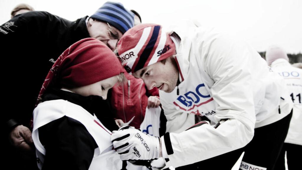 VAR PÅ BARNESKIRENN: Petter Northug delte i dag ut medaljer og stilte i dag opp på bilde med cirka 180 unger som deltok på barneskirenn i Sørkedelen. For ikke å snakke om alle autografene han skrev...   Foto: SVEINUNG U. YSTAD/Dagbladet