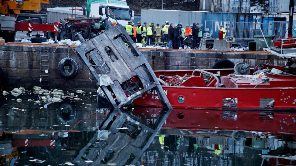 STORE ØDELEGGELSER: 16 godsvogner rullet fra terminalen på Alnabru før det raste ned mot Sjursøya, og deler av togsettet havnet i sjøen. Tre personer mistet livet, og tre er innlagt på sykehus. Foto: JACQUES HVISTENDAHL/DAGBLADET