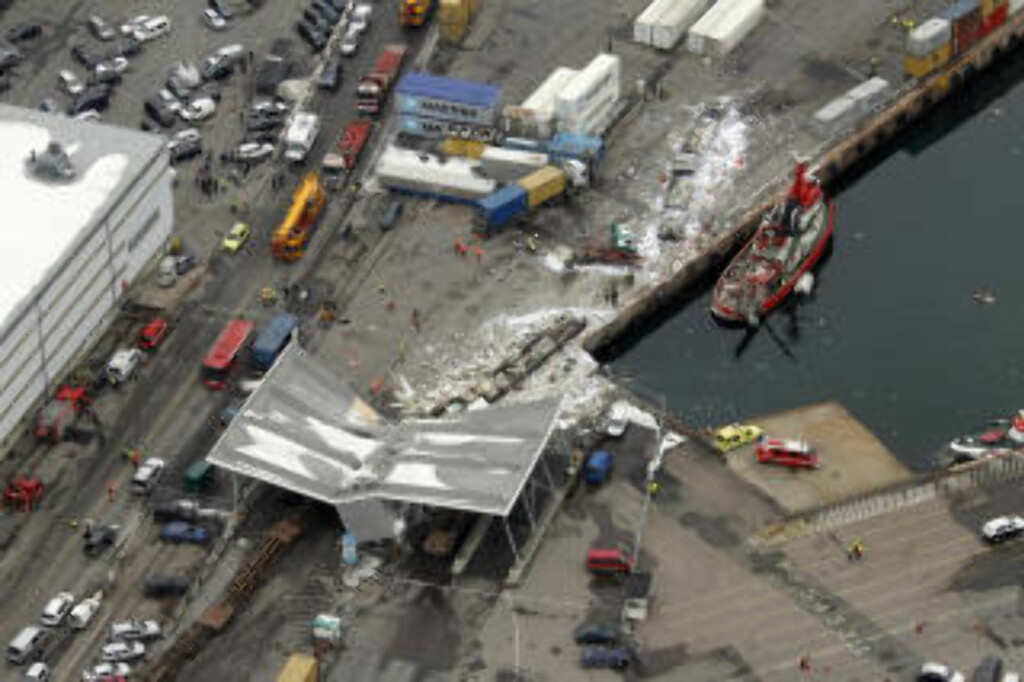 KOLLAPSET: En bygning ble knust i sammenstøt med vognsettet. Foto: SCANPIX