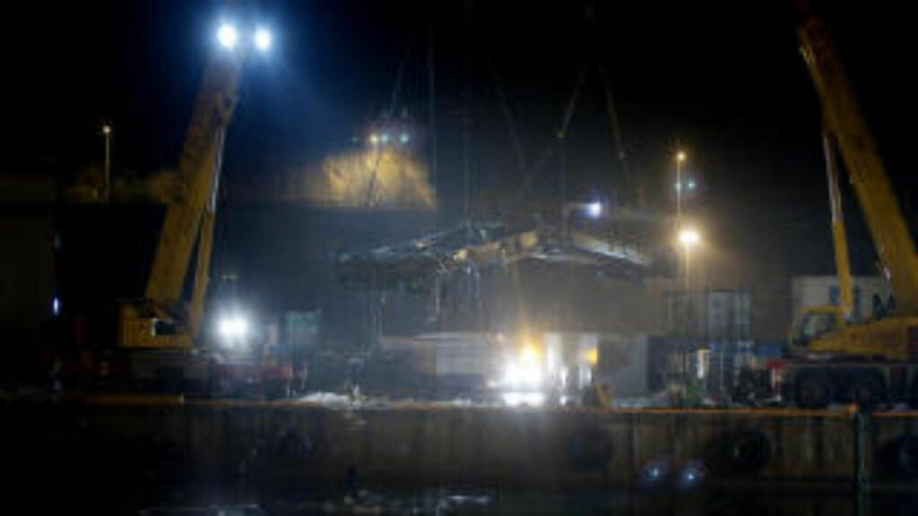 HEVET: Vognene ble i natt løftet opp av vannet på Sjursøya. Foto: Kyrre Lien / SCANPIX