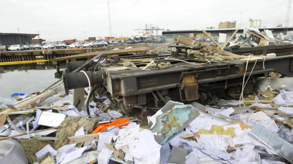 UTE AV KONTROLL: Det arbeides på spreng for å finne årsaken til ulykken som krevde tre menneskeliv på Sjursøya i Oslo. Foto: SCANPIX