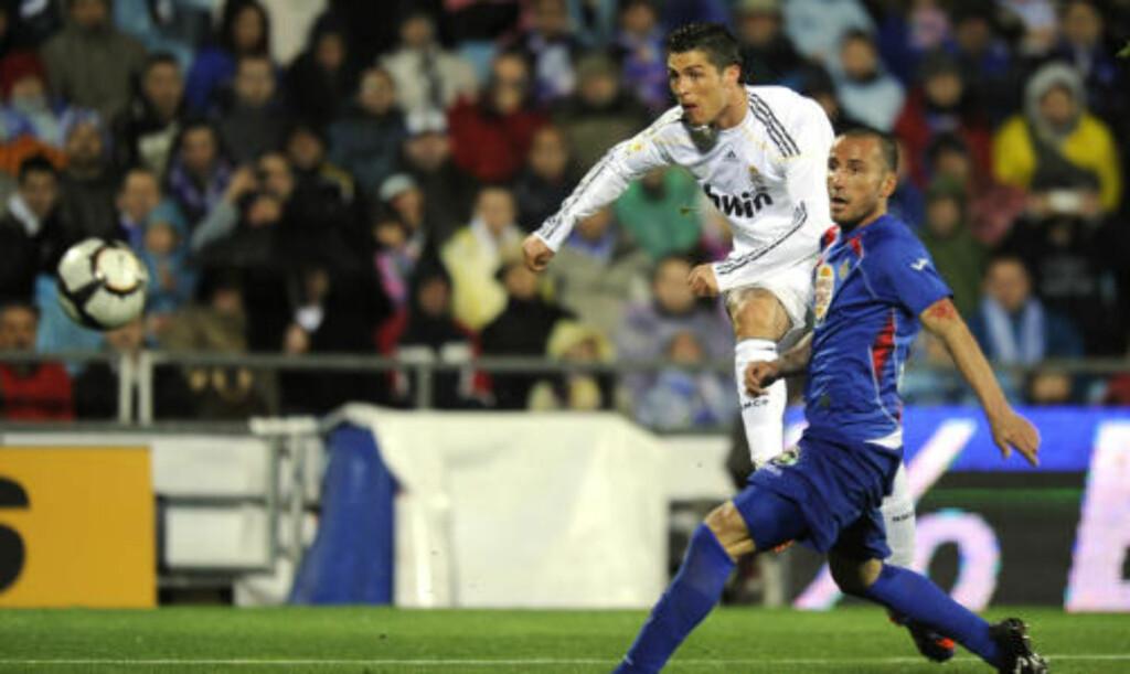 SCORET TO: Cristiano Ronaldo viste fram sin eminente skuddfot to ganger mot Getafe. Her banker han inn sitt andre. Foto:  AFP PHOTO / PIERRE-PHILIPPE MARCOU