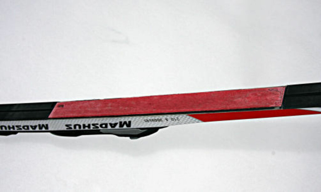 BRUTALT: Her er Thomas Alsgaards løsning på smørefrie ski. Pålimt skifellebit etter først å ha fjernet en del av sålen. Foto: Thomas Alsgaard