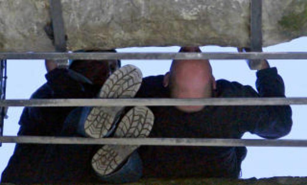 SVEVENDE: Slik ser kyssingen ut, sett fra bakken. Bildet er tatt rett under Blarney-steinen og viser en herremann som bøyer seg baklengs ned til den berømte steinen. Foto: Eivind Pedersen