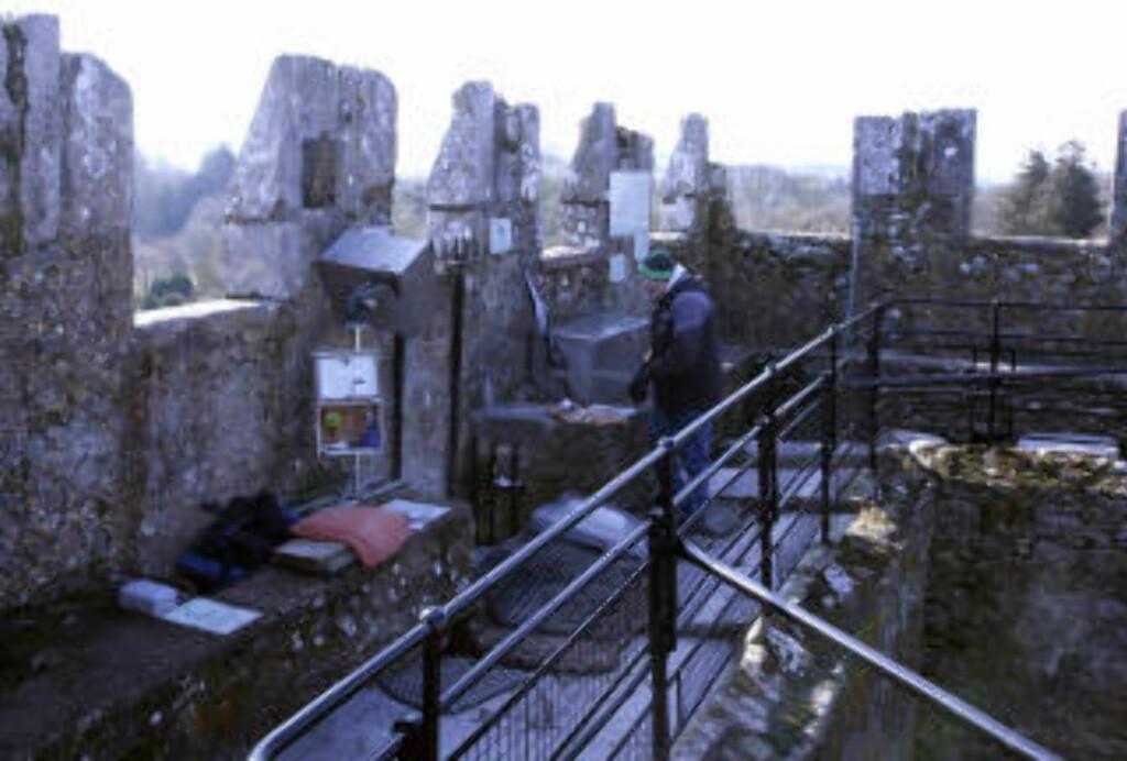 BARSKT: Det blåser alltid en sur vind, helt øverst på Blarney Castle. Rett over den berømte steinen, står et solid kamera som årlig foreviger titusener av turister som kysser den. Foto: Eivind Pedersen