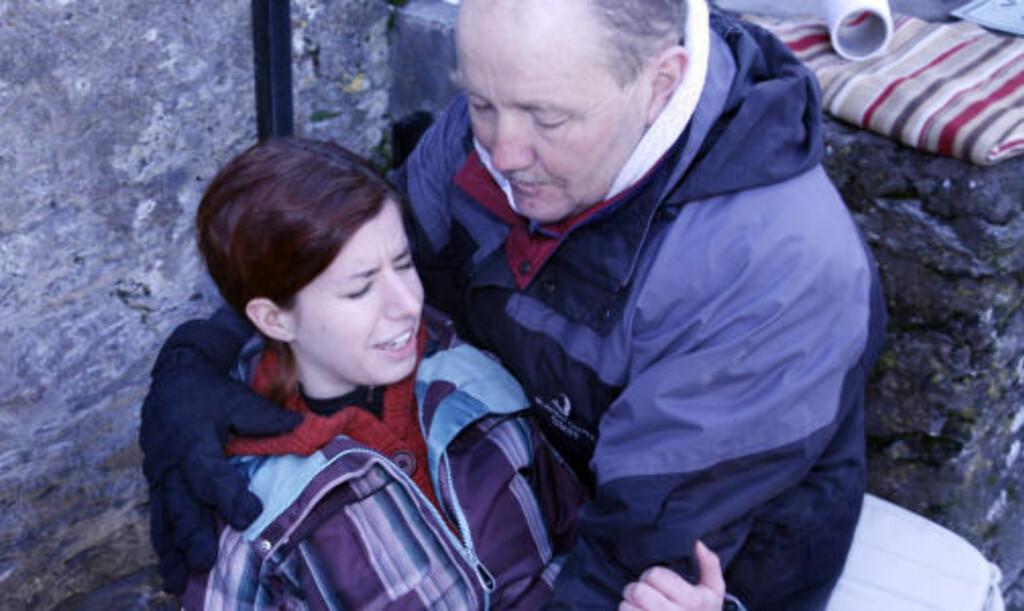 KLAR: Cecilie Rannelaud fra Seattle lider av ekstrem høydeskrekk. Hun lukker øynene og stoler på at David Drohan holder henne fast. Foto: Eivind Pedersen