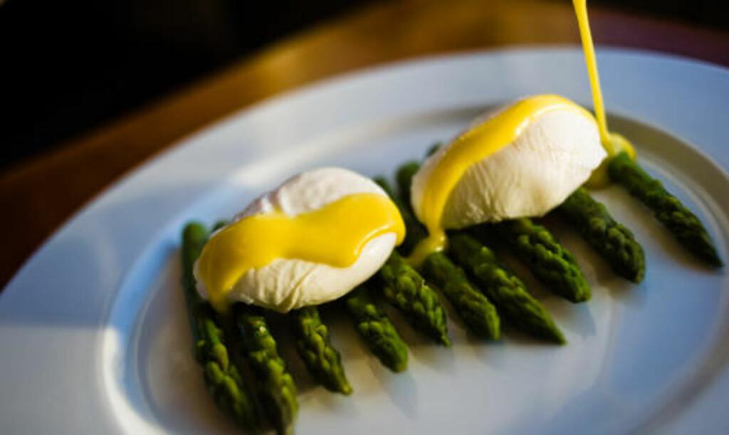 Posjerte egg med grønne asparges og hollandaisesaus.
