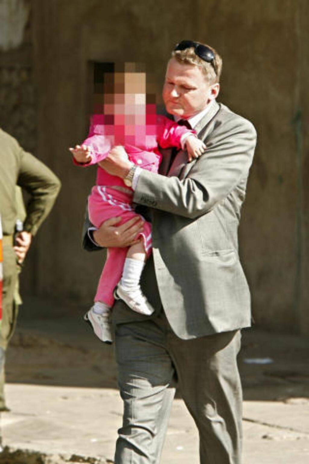 HENTET HJEM: Madeleine Rodriguez' lille datter ble hentet ut fra fengselet i Cochabamba for et år siden, og fraktet til Norge. Her med den norske ambassadens førstesekretær Kjell Olav Haugen. Foto: Ørjan Ellingvåg/Dagbladet